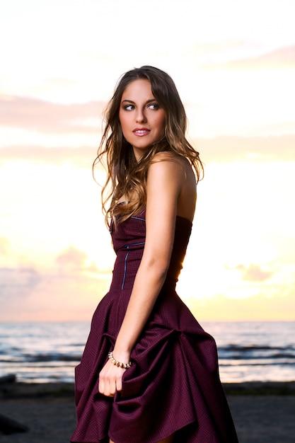 Piękna dziewczyna w sukience Darmowe Zdjęcia