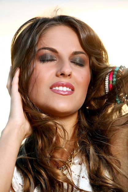 Piękna dziewczyna z brązowymi włosami Darmowe Zdjęcia