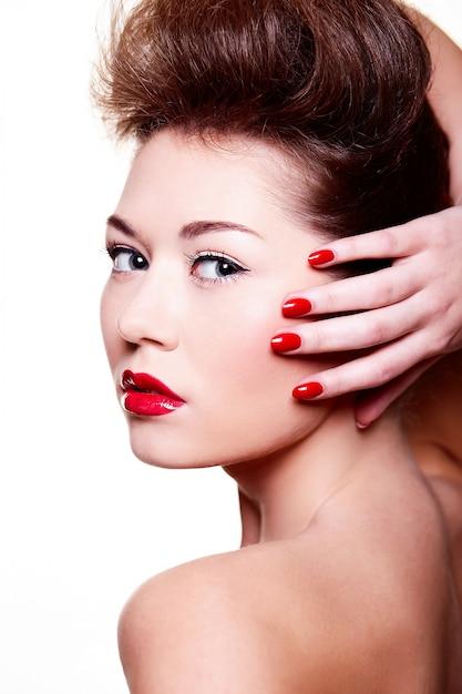 Piękna Dziewczyna Z Czerwonymi Ustami I Paznokciami Darmowe Zdjęcia