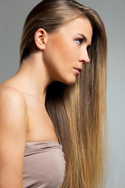 Piękna dziewczyna z długimi włosami Darmowe Zdjęcia