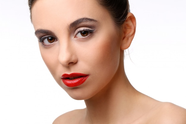 Piękna dziewczyna z doskonałej skóry i czerwona szminka Darmowe Zdjęcia