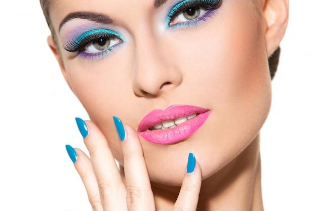 Piękna Dziewczyna Z Kolorowym Makijażem Darmowe Zdjęcia