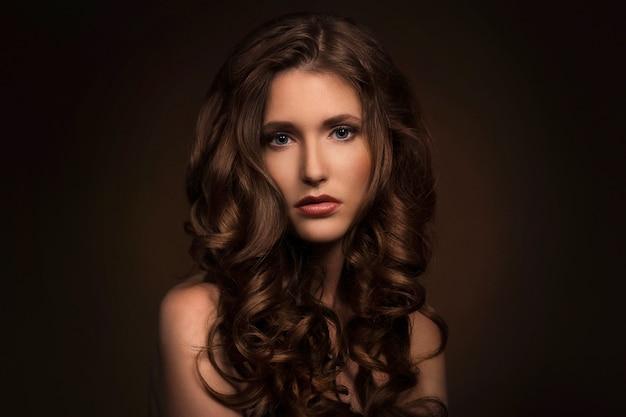 Piękna dziewczyna z kręconymi włosami Darmowe Zdjęcia