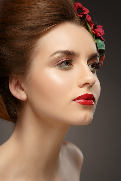 Piękna Dziewczyna Z Modnym Makijażem. Premium Zdjęcia