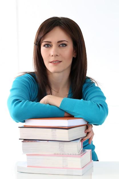 Piękna Dziewczyna Z Niebieską Koszulką I Książkami Darmowe Zdjęcia