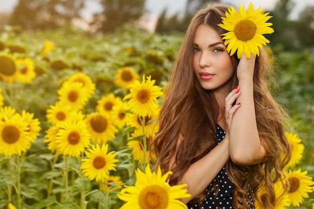 Piękna Dziewczyna Z Słonecznikami Darmowe Zdjęcia