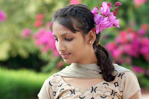 Piękna Egzotyczna Młoda Kobieta Z Indii Premium Zdjęcia