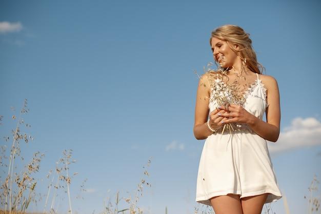 Piękna elegancka dziewczyna w jesieni polu Darmowe Zdjęcia