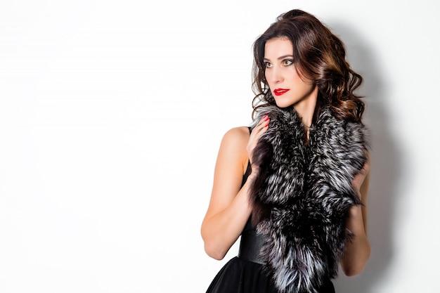 Piękna Elegancka Kobieta W Sukni I Futerkowym Kołnierzu Na Białym Tle Premium Zdjęcia