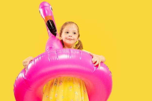 Piękna Emocjonalna Dziewczynka Na żółtym Tle Darmowe Zdjęcia