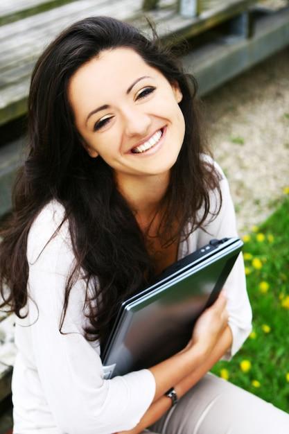 Piękna i atrakcyjna kobieta w parku Darmowe Zdjęcia