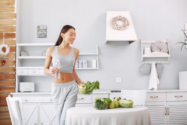 Piękna I Sportowa Kobieta W Kuchni Z Warzywami Darmowe Zdjęcia