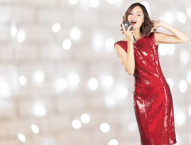 Piękna I Stylowa Kobieta śpiewająca Z Mikrofonem Premium Zdjęcia