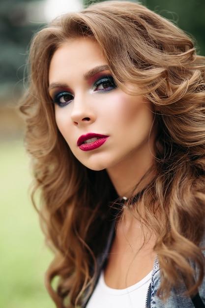 Piękna i uwodzicielska kobieta z doskonałym makijażem i fryzurą. Premium Zdjęcia