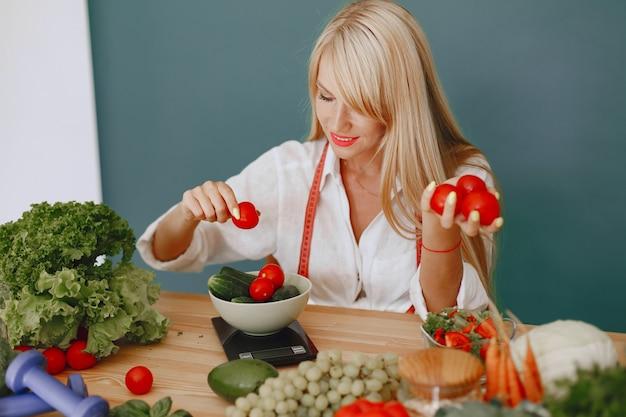 Piękna I Wysportowana Dziewczyna W Kuchni Z Warzywami Darmowe Zdjęcia