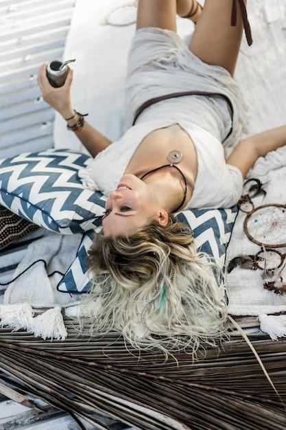 Piękna indiańska hipis dziewczyna z długim blondynem na dachowej pije kolega herbaty. Darmowe Zdjęcia