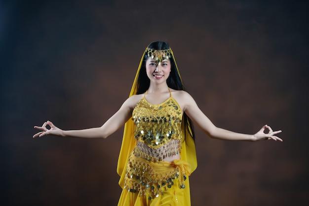 Piękna indyjska młoda hinduska kobieta model. tradycyjny indyjski kostium żółty sari. Darmowe Zdjęcia