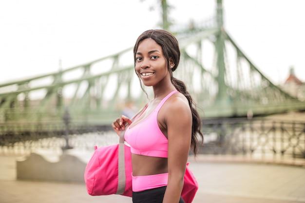 Piękna Kobieta Afro W Stroju Fitness Premium Zdjęcia