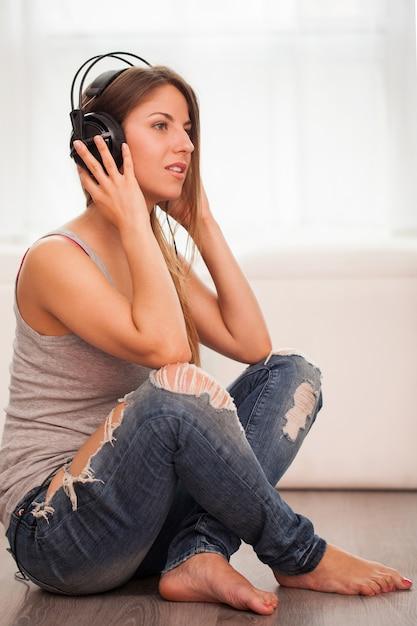 Piękna kobieta cieszyć się muzyką w słuchawkach Darmowe Zdjęcia