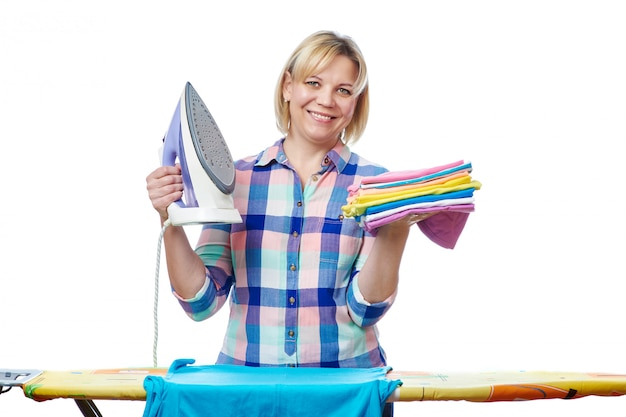 Piękna Kobieta Gospodyni Wyprasować Ubrania Premium Zdjęcia