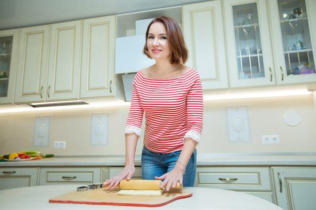 Piękna Kobieta Gotuje W Kuchni Premium Zdjęcia