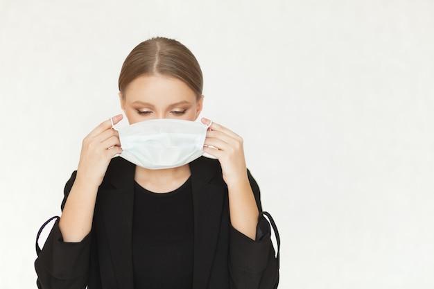 Piękna Kobieta Interesu Stawia Maskę Wirusa Na Jej Twarzy Premium Zdjęcia