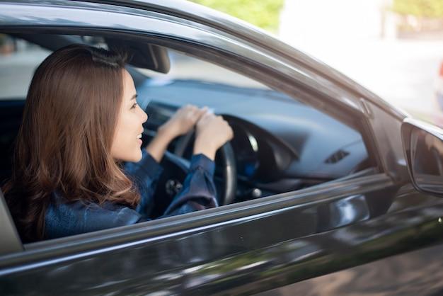 Piękna kobieta jedzie jej samochód Premium Zdjęcia