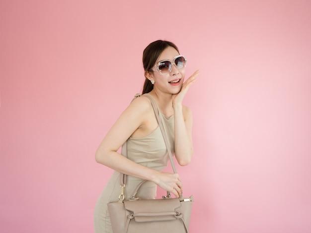 Piękna Kobieta Jest Ubranym Okulary Przeciwsłonecznych I Niesie Rzemienne Torby, Mody Pojęcie Premium Zdjęcia