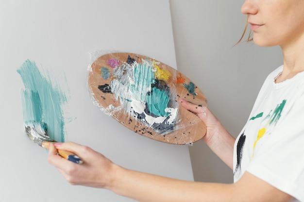 Piękna Kobieta Maluje Akryle Na Płótnie Darmowe Zdjęcia