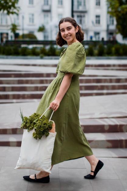 Piękna Kobieta Niosących Organiczne Artykuły Spożywcze Darmowe Zdjęcia