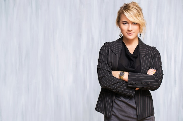 Piękna kobieta o blond włosach i czarnym garniturze Darmowe Zdjęcia