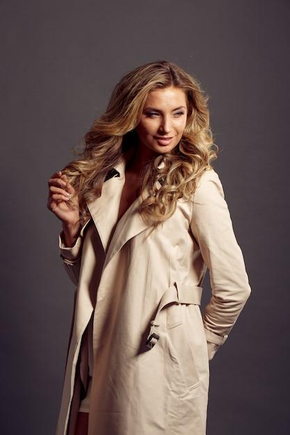 Piękna Kobieta O Długich Blond Włosach W Beżowym Futrze Premium Zdjęcia