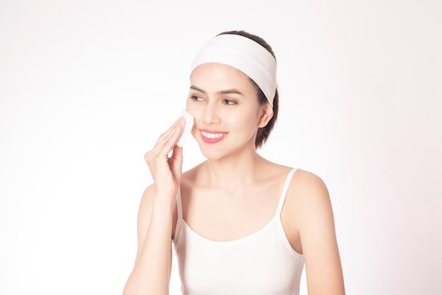 Piękna kobieta oczyszcza jej twarz Premium Zdjęcia