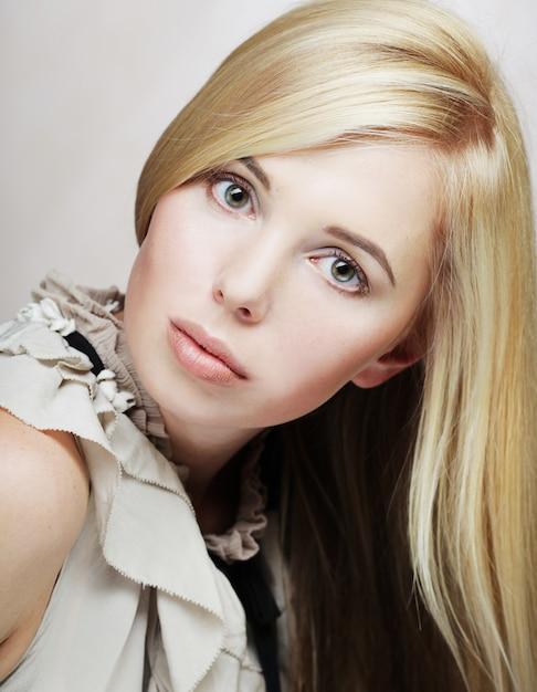 Piękna Kobieta Odizolowywająca Na Beżu Premium Zdjęcia