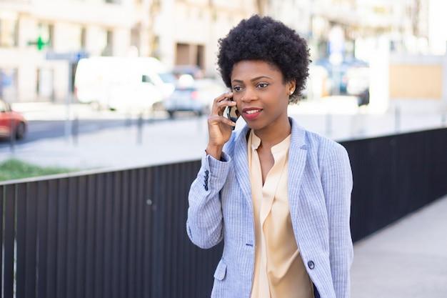 Piękna Kobieta Opowiada Na Telefonie Podczas Spaceru Darmowe Zdjęcia