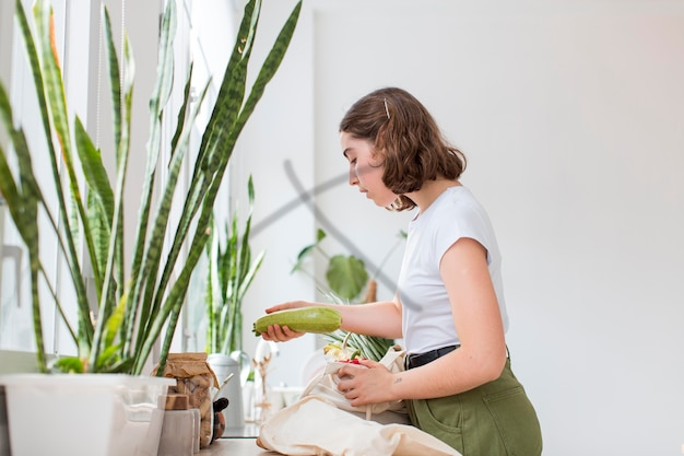 Piękna Kobieta Organizuje Artykuły Spożywcze Organiczne Darmowe Zdjęcia