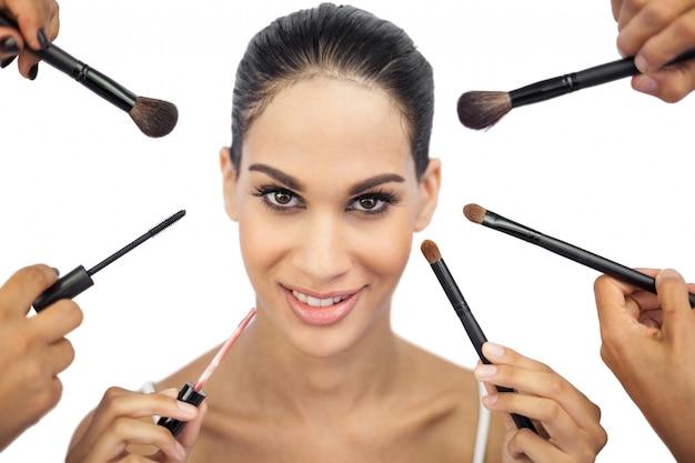 Piękna Kobieta Otoczona Pędzelkami Do Makijażu Premium Zdjęcia