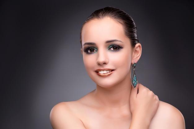Piękna kobieta pokazuje daleko jej biżuterię w mody pojęciu Premium Zdjęcia