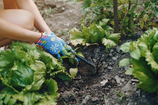 Piękna kobieta pracuje w ogrodzie Darmowe Zdjęcia