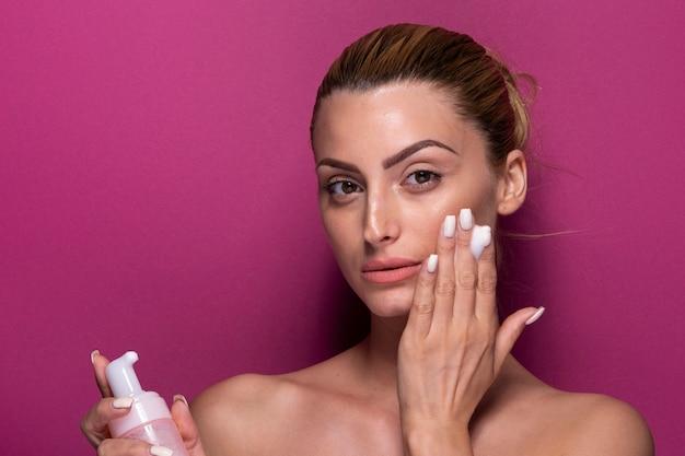 Piękna Kobieta Próbuje Produktu Do Pielęgnacji Skóry Darmowe Zdjęcia