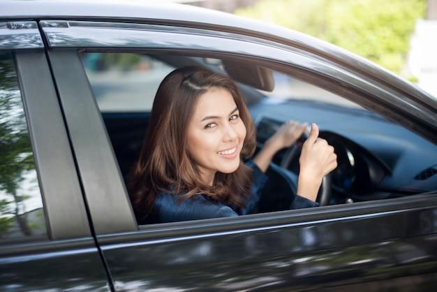 Piękna kobieta prowadzi swój samochód Premium Zdjęcia