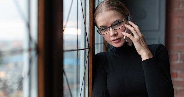 Piękna Kobieta Rozmawia Przez Telefon Darmowe Zdjęcia