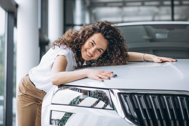 Piękna kobieta ściska samochód Darmowe Zdjęcia