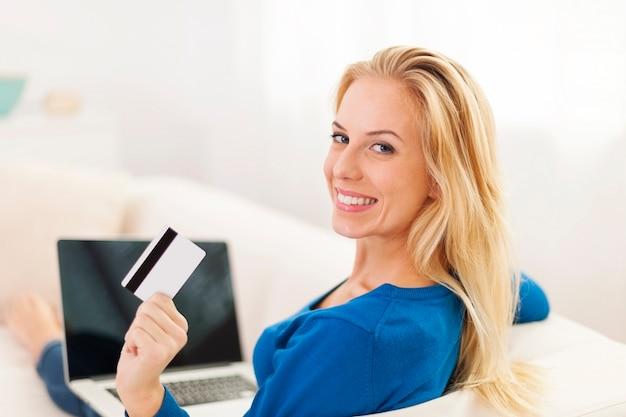 Piękna Kobieta Siedzi Na Kanapie Z Laptopem I Kartą Kredytową Darmowe Zdjęcia