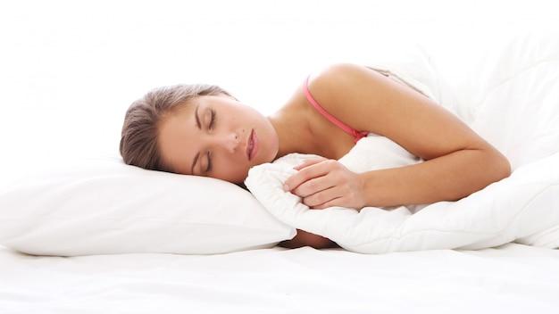 Piękna Kobieta śpi W łóżku Darmowe Zdjęcia