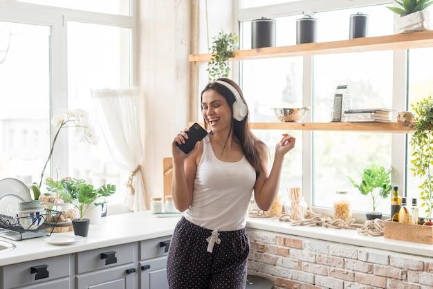 Piękna Kobieta śpiewa W Kuchni Darmowe Zdjęcia