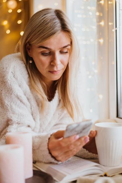 Piękna Kobieta Sprawdza Swój Telefon Darmowe Zdjęcia