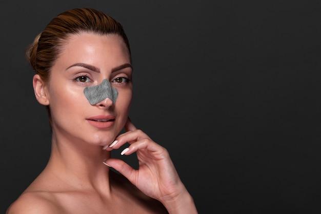 Piękna Kobieta Stosowania Produktu Do Pielęgnacji Skóry Darmowe Zdjęcia
