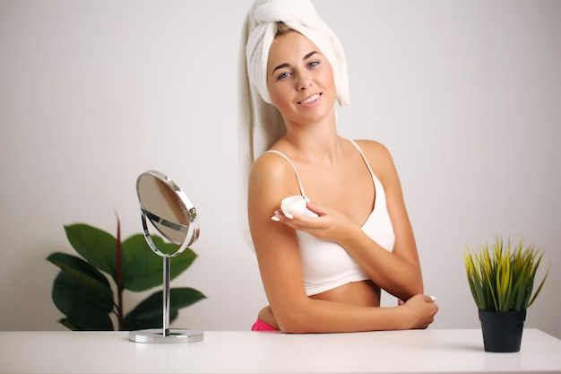 Piękna Kobieta Stosując Krem Kosmetyczny Premium Zdjęcia