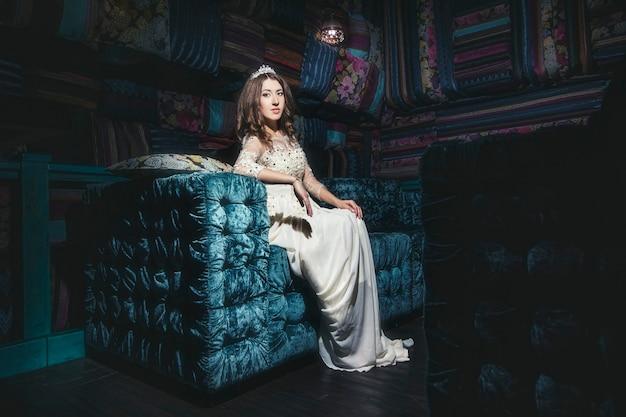 Piękna Kobieta Sultana Ubiera Biżuterię Diadem W Stylu Orientalnym I Wnętrzu Premium Zdjęcia